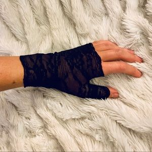 Three lace fingerless gloves hot topic NWT!
